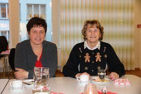 TIL BORDS: Evy Kleiva og Gunvor Nordås åt snittar til lunsj saman med kommunestyret. Dei sat overfor ordføraren og varaordføraren.