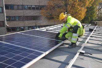 Bane Nor har lært opp egne lærlinger til til å montere opp solcellene.