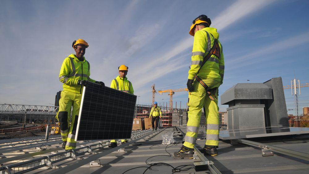 De 320 kvadratmeterene med solceller skal forhåpentligvis dekke energibehovet i trafostasjonen hele sommeren.