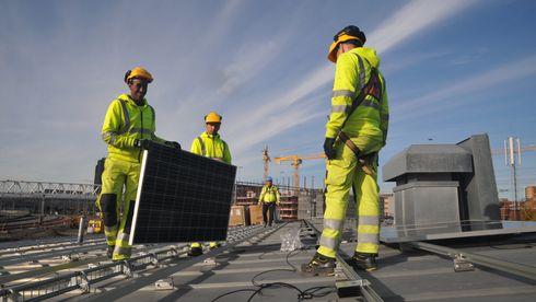 Disse 320 kvadratmeterne med solceller kan være starten på en kjempebesparelse i jernbanenettet