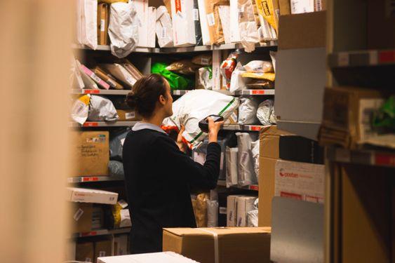 PAKKE-PAKKE-PAKKE-PAKKE.: Når pakkene kommer inn må alle scannes slik at folk får informasjon over hvor pakken er.