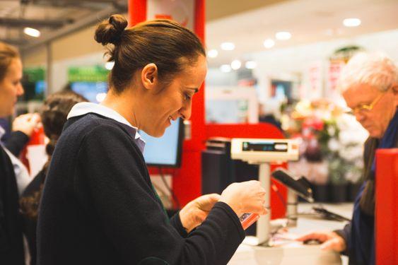 JOBBER PÅ SPRENG: Under hele åpningstiden til Coop Mega er det full bemanning på post i butikk. Likevel kan det bli lange køer.
