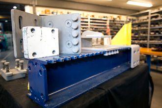 Patentnøkkelen: Tennene i stålbjelken er nøkkelen til patentet. Sammen med adaptere på toppen, gjør de at bjelkene enklere kan tilpasses lastens størrelse.