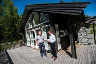 Det er kanskje ikke hytter man forbinder tettest med smarte hjem, men denne hytta på Norsk hyttesenter har mange automatiseringsmuligheter. Fra venstre: Produktsjef i Eaton Bård Ståle Kvitberg og sjef jon Helsingeng.