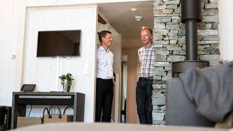 Jon Helsingeng (til venstre) og Bård Ståle Kvitberg viser frem den smarte hytta på Norsk hyttesenter.