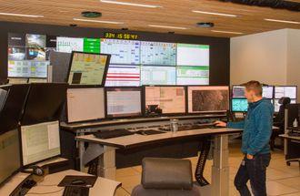 Full kontroll: Fra dette kontrollrommet i Tromsø kan operatørene holde styr på mer enn 130 antenner verden rundt, fra Svalbard i nord til Antarktisk i sør.