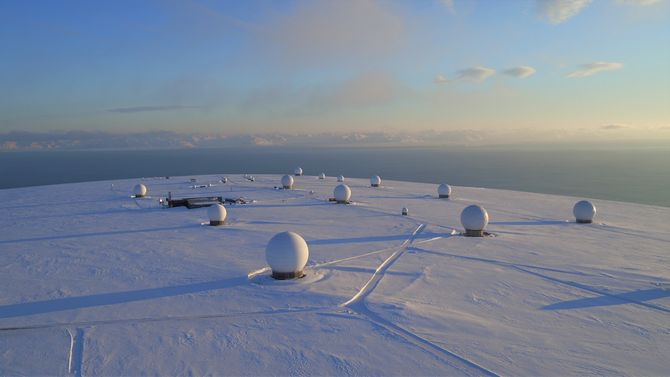 Svalbard Satellite Station (SvalSat) ble etablert i 1996 og er i dag verdens største kommersielle bakkenhet med mer enn 31 toppmoderne multi-oppdrag og kundespesifikke antennesystemer.