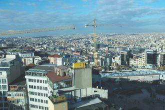 Kranene brukes på byggeplassen til Taksim-moskeen. Snart vil minaretene redefinere dette bybildet.