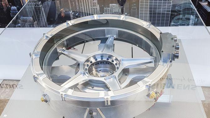 Momentsterk: Siemens viste frem sin spesielle elmotor SP200D i en glassmonter under sin Innovation Day nylig. Både rotor og stator er bygget i periferien av motoren som gir den et voldsomt dreiemoment.