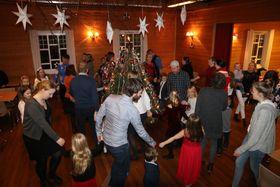 STEMNINGSFULLT: Både store og små levde seg inn i julesongane, anten ein skulle vaska klede, gå til kyrkja eller sjå for seg andre gamle gjeremål.