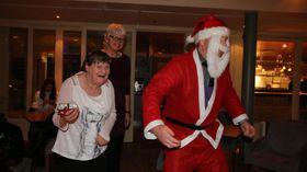 ALLE HADDE LITT BURSDAG: Det var som om alle hadde litt bursdag på julebordet då nissen kom og gav ei gåve til kvar. Her er det Britt, den kanskje ivrigaste dansaren i klubben, som har vorte overraska med ein presang.