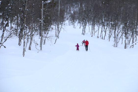 I PAKT MED SKOGEN OG ELEMENTA FYRSTE NYTTÅRSDAG: Emely, Linnea og bestemor Kari legg ut på den to kilometer lange sløyfa i Ofredalen fyrste nyttårsdag.