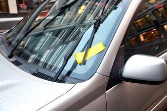 En gul bot pryder frontruten på den feilparkete RAV 4 i Kongens gate i Oslo sentrum.
