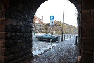 En Tesla er parkert på en ladeplass for ladbare varebiler i Kongens Gate i Oslo sentrum.