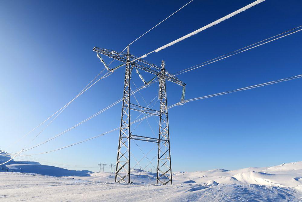 Krevende: Det norske høyspentnettet krysser et tøft land. Her renskesis fra ledning ved Sima Aurland.