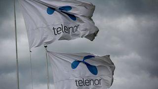 Telenor-flagg mot mørke skyer.