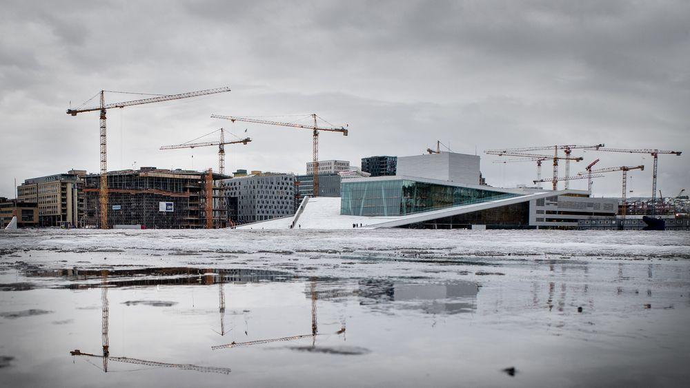 Nye Deichmanske bibliotek, til venstre for Operaen, under bygging i Bjørvika.