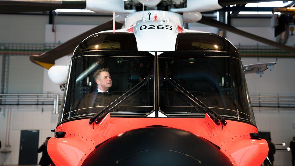 Justis- og beredskapsminister Per-Willy Amundsen i cockpiten på et AW101 som var på en svipptur til Sola 12. juni i fjor i forbindelse med åpningen av 330-skvadronens nye hovedbase.