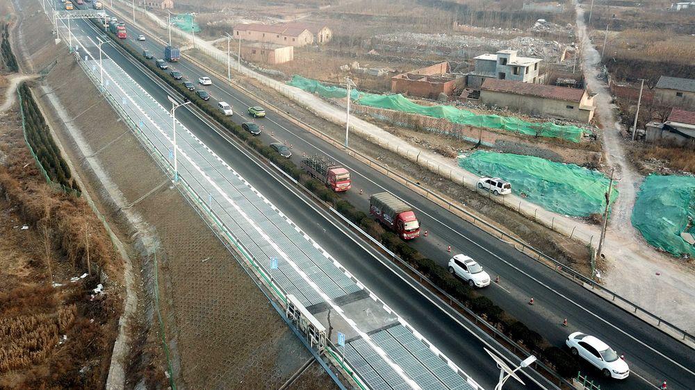 Motorvei med solceller i Jinan i Shandong-provinsen i Kina.