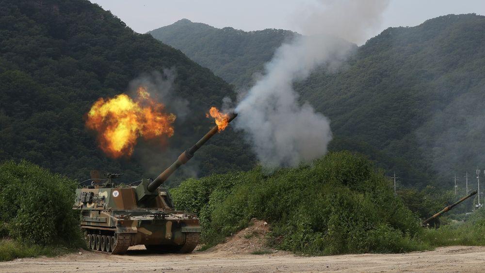 Dette bildet av en K9 som skyter ble tatt samme dag som ulykken skjedde, fredag 18. august i fjor, på det som da var den største artilleriøvelsen Sør-Korea har gjennomført noen gang, like ved grensa mot nord.