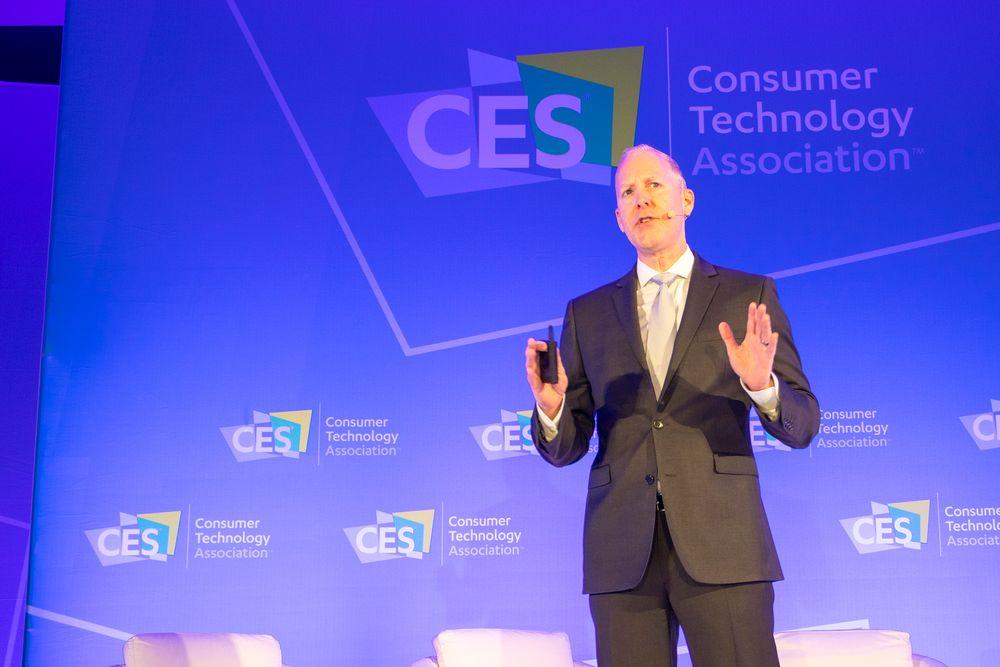 Viser bildet i krystallkula: Steve Koenig er direktør for markedsforskning i CTA . Det er de som arrangerer CES i LAs Vegas.