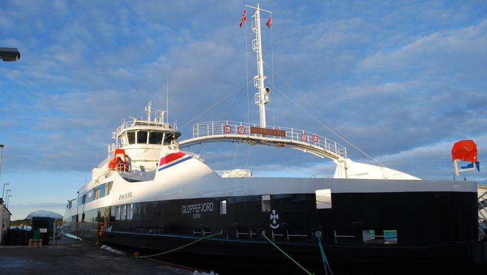 MF Gloppefjord ved kai i Florø.