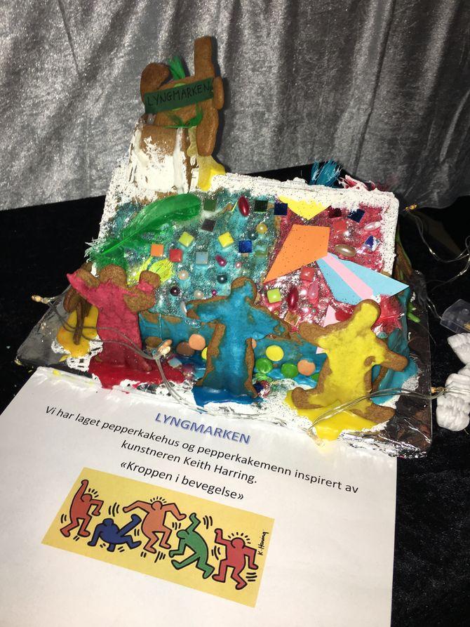 En avdeling har laget et kreativt pepperkakehus inspirert av kunstneren Keith Haring der huset er omringet av fargerike pepperkakefigurer i forskjellige positurer og bevegelser.