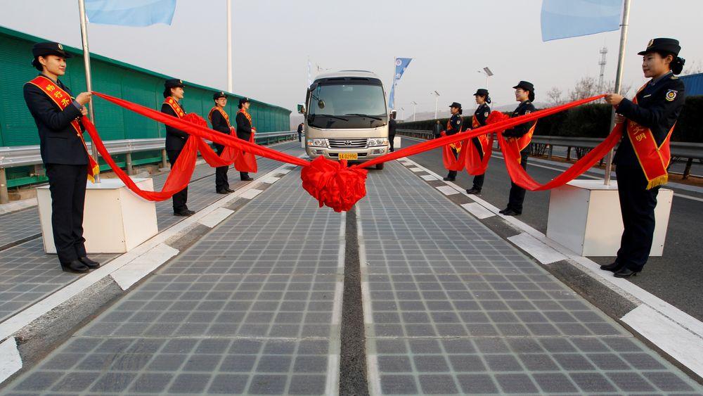 Kort tid etter åpningen av verdens første motorveistrekning med solceller viser det seg at deler av veien er stjålet.