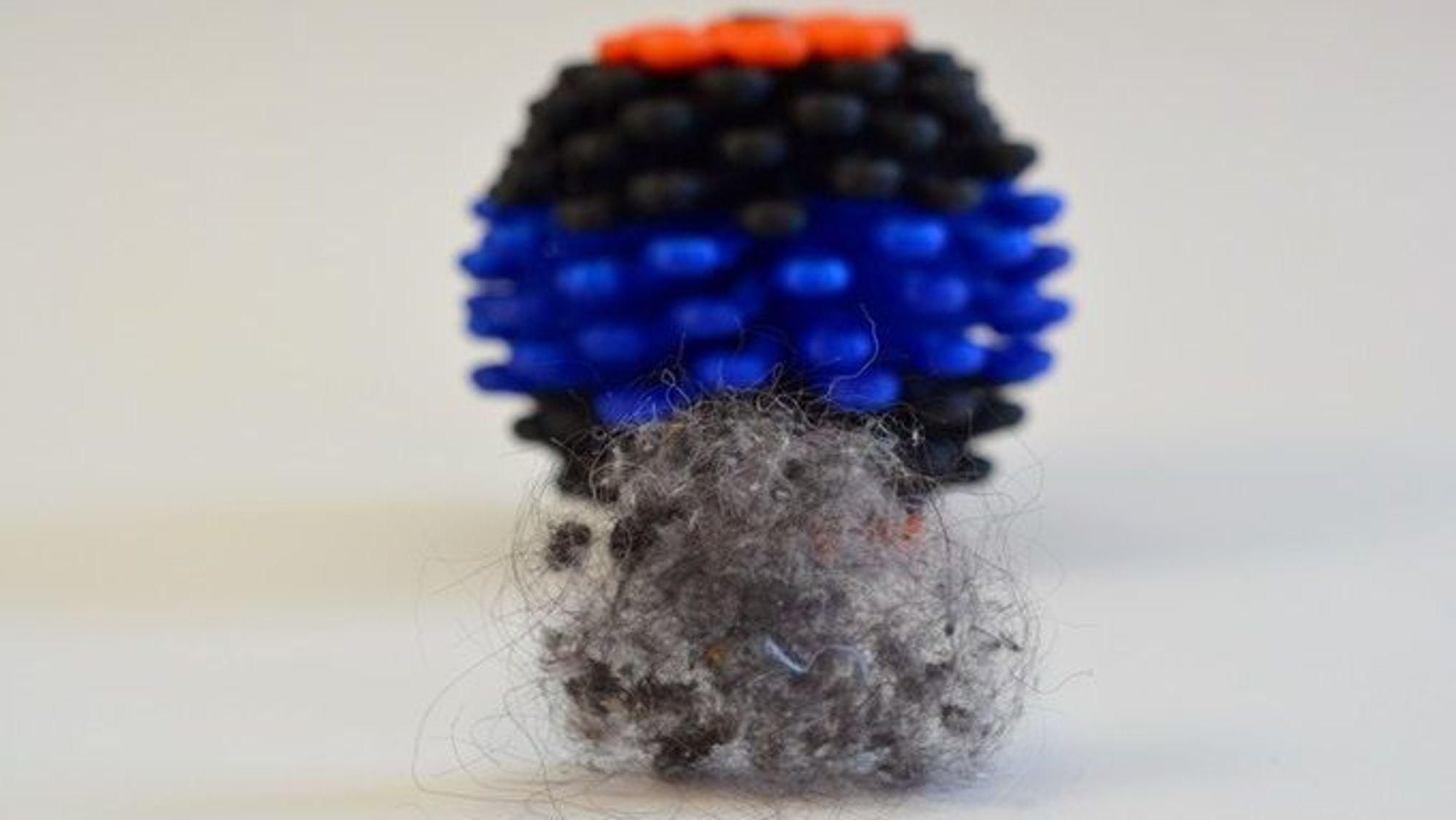 Coraballen skal snurre rundt og fange plastpartikler fra tøyet mens vaskemaskinen går.