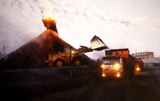 Når kullet slipper det ti kilometer lange båndet fra Svea-gruven overtar Leonhard Nilsen & Sønner transporten til kaiområdet.