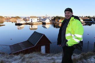 Kjell Samnøy foran en «signaturjobb» i bygda, muren foran det flotte huset på nedsiden.