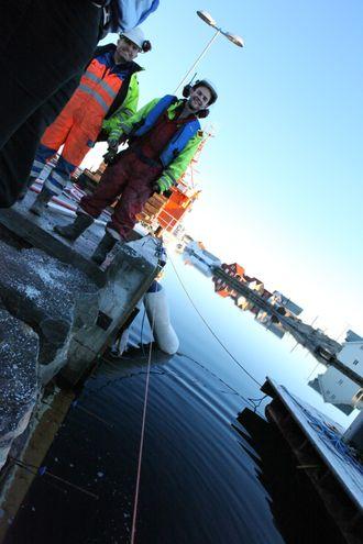 Støpning i sjø er en vanskelig jobb, spesielt med tidevannsforskjeller. Thomas Samnøy (til høyre) og Arve Husa er på jobben.