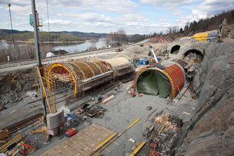 Her bygges det tunnelportaler ved sørenden av de to tunnelløpene. Disse skal det fylles masse over slik at lokalveien kan anlegges over dem.