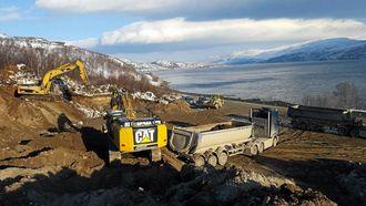 REPPARFJORDEN: Maskiner og biler i sving ved Repparfjorden.