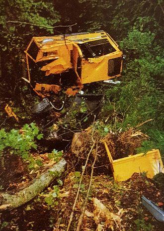 Hvem ville trodd det var mulig å overleve 150 meters ferd ned en skrent i en maskin som har fått en slik medfart?