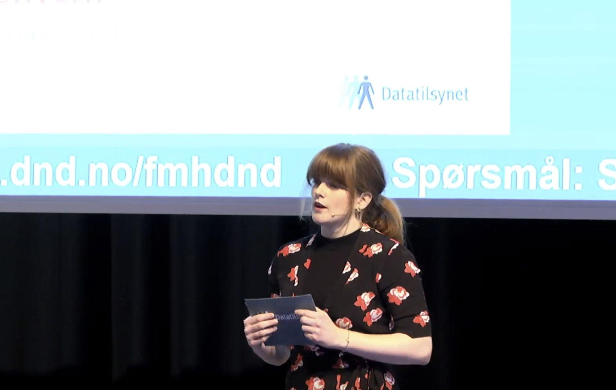 Christine Dalebø Gjerdevik fra Datatilsynet presenterer rapporten om kunstig intelligens og personvern.