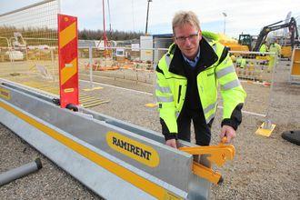 Produktleder i Ramirent Norge, Bjørn Dyngeland, viste siste nytt, trafikkbarrieren Safepass, på Hovinmoen. Den har et låsesystem som er bolteløst.