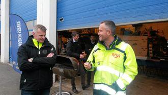 Tor Anders Skjæveland (distriktssjef Volvo Maskin AS) ser på pennen til Bjørn Risa (konsernsjef Risa-gruppen). Denne er benyttet til alle Risa-kontraktene siden 1999!
