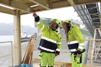Driftsleder Per Thu ved Helle sandtak forklarer hvordan arbeidsoppgavene skal løses.