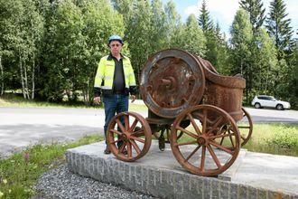 En Svedala-knuser på hjul fra 1920-tallet hilser velkommen ved innkjøringen til pukkverket.