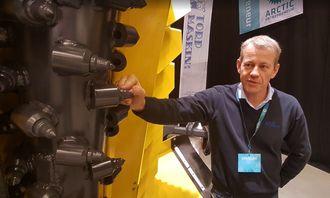 Tor Helge Dal i Torp Maskin AS ved den oppløftede frestrommelen på TPJ 1700-en som sto utstilt på Arctic Entreprenør.