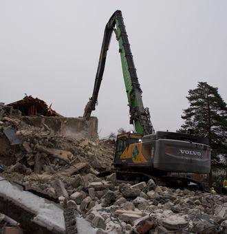 Rivning av bygg og andre konstruksjoner står for ca. 85% av arbeidet som utføres av Norsk Saneringsservie