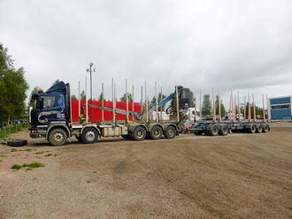 LITT LETTERE: Med 10 aksler er Little Giant konstruert for vogntogvekt på «bare» 84 tonn, men kombinasjonen kan til gjengjeld kjøre helt ut i tømmerskogen.