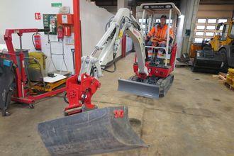 Den 20 år gamle maskinførerlærlingen Amund Ringnes Gjelten fikk æren av å teste at alle funksjoner var i orden etter at maskinen var på plass i BN-verkstedet.