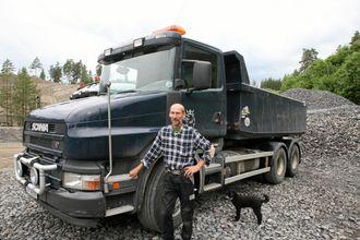 SNUTEBIL: Det er bare snutebil-Scania som gjelder, her Hans Gomnæs ved 2005-modellen T420. Puddelen Kjell Inge lurer på om det ikke blir en tur snart.