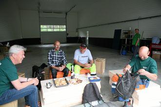 VERKSTED: Hjemmesmurt formiddagsmat inntas i døråpningen på det nye verkstedet, fra venstre Jon Ølstad (Volvo Maskin), Hans Gomnæs, Tor Bråthen og Ole Petter Gomnæs.