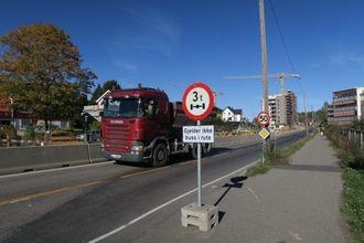 Dette er lov. Lastebilen på bildet kjører lovlig. Det midlertidige kjørefeltet på Losbyveien mot Losby går på det opprinnelige veilegemet.