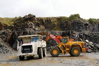 OPPLASTING: Terex-trucken lastes med en Volvo L350F. Terex-maskinen tar ca. 60% mer nyttelast enn A40-dumperen som også brukes til transporten.