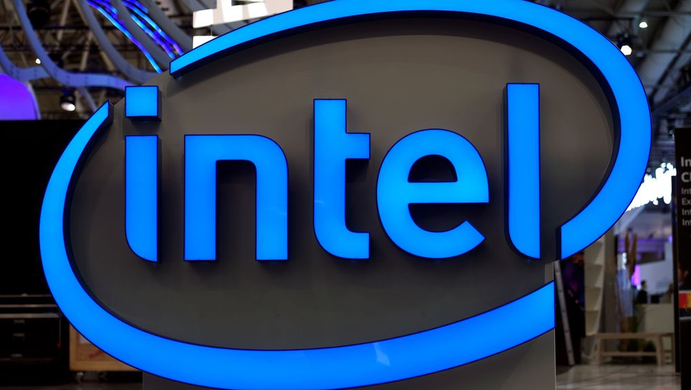 Illustrasjonbilde: Intel-logo ved standen til Intel under Cebit-messen i 2017.