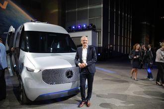 Sjefen for Mercedes-Benz varebiler, Volker Mornhinweg, kunne fortelle at i 2018 vil den første helelektriske varebilen fra selskapet være i serieproduksjon. Her er han fotografert foran Vision Van som er et konsept for fremtiden.